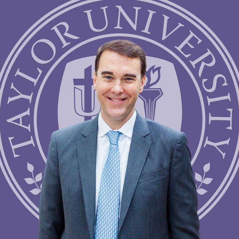 "Michael Lindsay frente al sello de la Universidad de Taylor ""height ="" 640 ""width ="" 640 ""/> <img class="